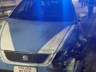 Sfugge al controllo dei Carabineri e sperona auto della polizia [LA FOTO]