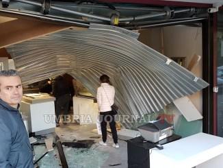 Commando di malviventi svaligia la gioielleria Farabbi a Ponte Felcino