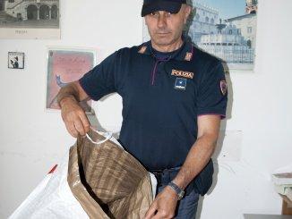 Con una borsa schermata rubano capi dal valore di quasi 1400 euro