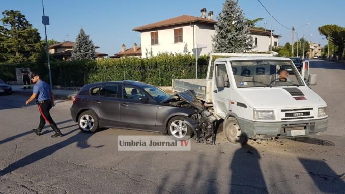 Incidente con ferito a Bastia Umbra, autocarro non dà precedenza, è schianto