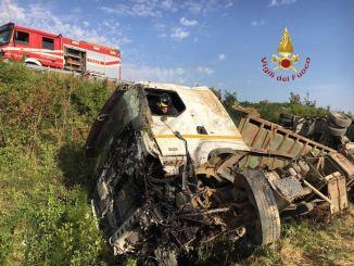 Incidente stradale a Gubbio, mezzo pesante finisce in una scarpata