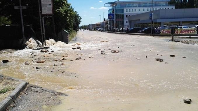 Esplode tubatura acqua in via Settevalli, traffico il tilt