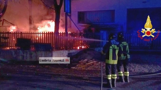 Incendio falegnameria Ponte San Giovanni esplode anche bombola di gpl [VIDEO]