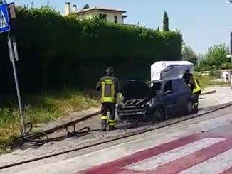 Autovettura in fiamme a Foligno, corto circuito o perdita di benzina
