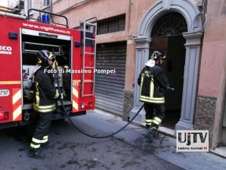 Incendio appartamento a Perugia, vigili del fuoco salvano studente