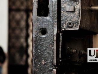 Detenuto carcere Terni picchia poliziotti, un altro dà fuoco alla cella, 4 feriti