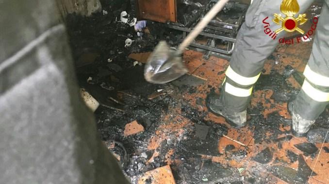 Prende a fuoco la poltrona elettrica, anziana salvata dai vigili del fuoco a Gubbio