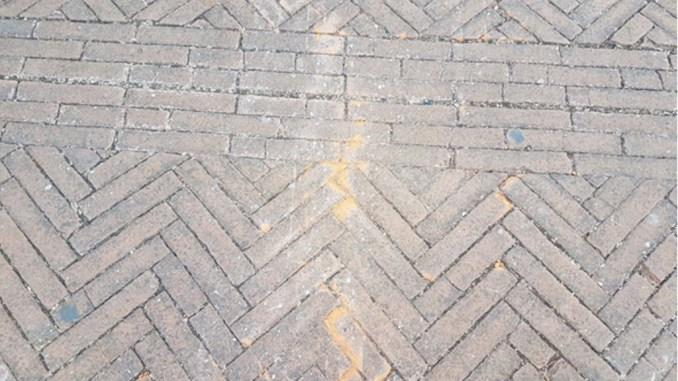 Piazza del Bacio, mattoni piazza spaccati, consiglieri PD all'attacco