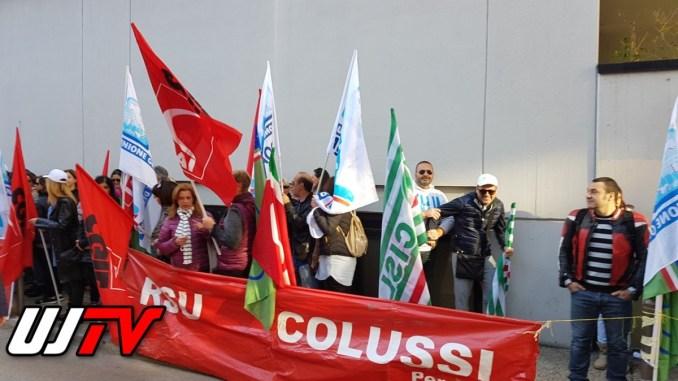 Licenziamenti Colussi, lavoratori ancora una volta davanti a sede Confindustria [FOTO E VIDEO]