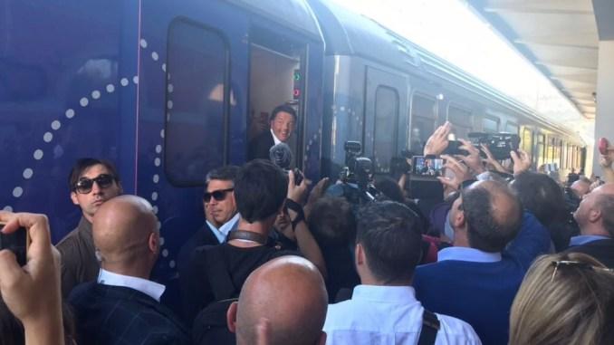Renzi incontra i lavoratori della Perugina sul treno del Pd Destinazione Italia