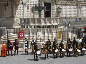 Perugia 1416, i Rioni rendono omaggio a Sant'Ercolano con l'ostensione degli stendardi
