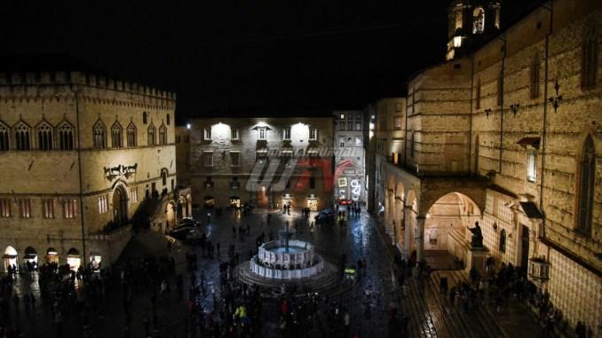 Accese le luminarie a Perugia, rinviata passeggiata funambolo