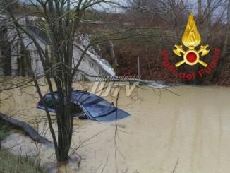 Tragedia sfiorata a Montecastrilli, allagato sottopasso, Vigili del fuoco salvano una persona