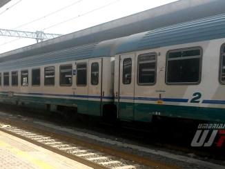 Sale sul treno senza biglietto e fornisce false generalità