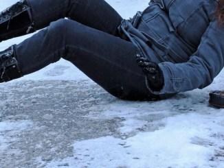 Cadute per via del ghiaccio 11 ricoverati, bilancio pesante