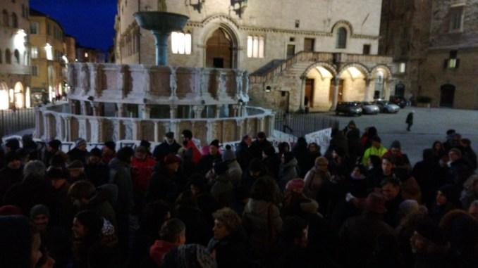 Presidio antifascista in piazza IV novembre a Perugia, molti presenti