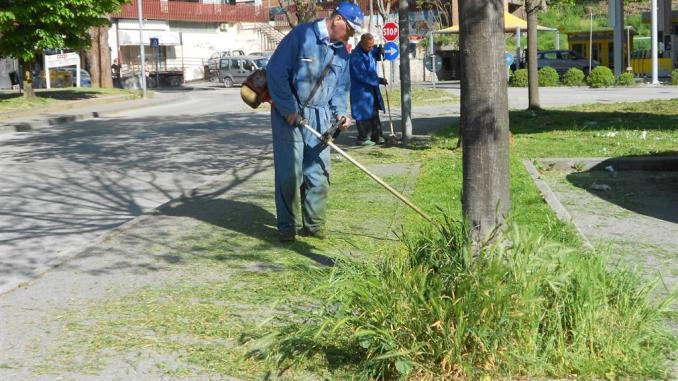 A Ponte San Giovanni di Perugia i volontari puliscono le rotonde