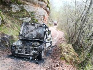 Vanno a tagliare legna, ma l'auto prende fuoco a Scheggia