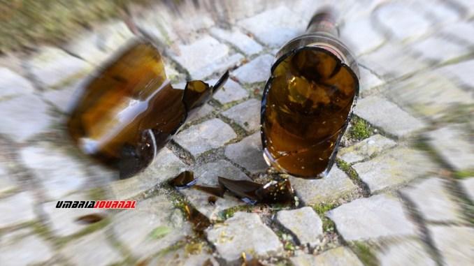 Aggredisce due stranieri con fobici e cocci di bottiglia arrestato