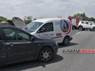 Incidente a Bastia, sulla 75 Centrale Umbra, auto si ribalta, ferite due persone