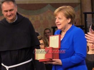 Angela Merkel riceve la Lampada della Pace dai frati di Assisi