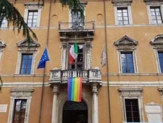 Perugia Pride, città si tinge d'arcobaleno anche palazzo Donini espone bandiera