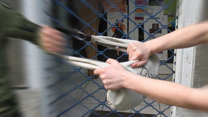 Scippa borsa a una donna, arrestato rapinatore dopo lungo inseguimento