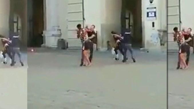 Due poliziotti aggrediti a Città di Castello, panico in piazza Matteotti