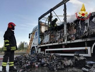 Incendio autotreno sul raccordo autostradale Perugia Bettolle