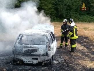 Parcheggiano auto sopra erba secca e prende a fuoco