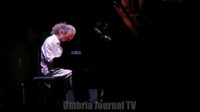 Stefano Bollani a Umbria Jazz con Que Bom Brasile e favelas all'Arena