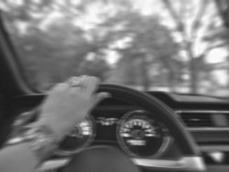 Guida ubriaca, in auto con lei anche figlio di 6 anni, denunciata