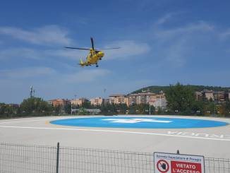 Giovane caduto dal motorino trasferito con l'eliambulanza a Perugia