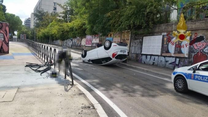 Incidente stradale in via Sicilia a Perugia, auto si ribalta, un ferito lieve