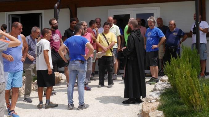 San Benedetto guida monaci benedettini su come accogliere gli ospiti.