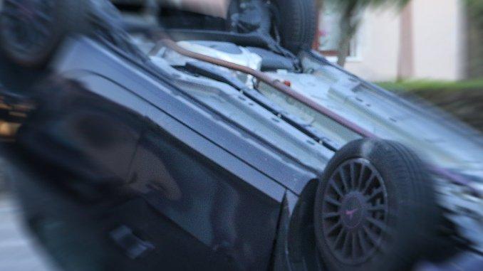 Auto si ribalta a Foligno in viale Arcamone, donna riporta escoriazioni