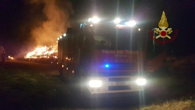 Riprende incendio nel bosco di Casalina, vigili del fuoco impegnati durante la notte