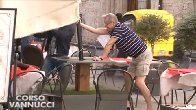 Una tromba d'aria mette ko corso Vannucci, ombrelloni salvati da turisti
