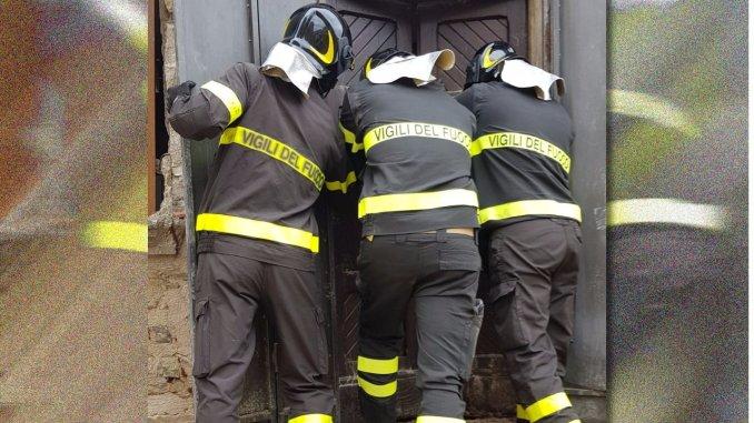Casa da demolire, Vigili del fuoco aiutano famiglia a recuperare propri beni