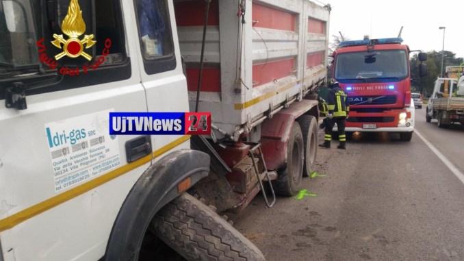 Incidente stradale, coinvolto camion sulla Pievaiola a Strozzacapponi illeso l'autista [FOTO]