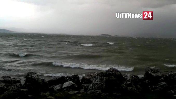 Maltempo, vento e pioggia, surfisti in difficoltà al Lago Trasimeno