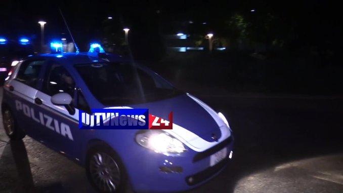 Ruba da un'auto parcheggiata in centro, la polizia blocca l'autore alla stazione