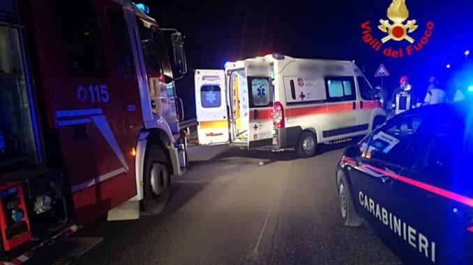 Incidente stradale, tre feriti sulla strada Marattana a Terni, auto si ribalta