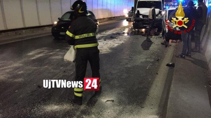 Incidente stradale in galleria sul Raccordo coinvolto pullman ragazzini [Foto]