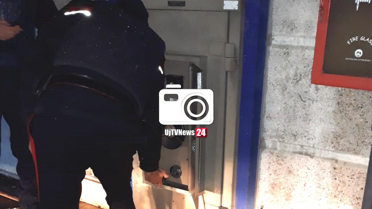 Le foto del tentato furto nella notte alla cassa continua di Mediaworld a Collestrada