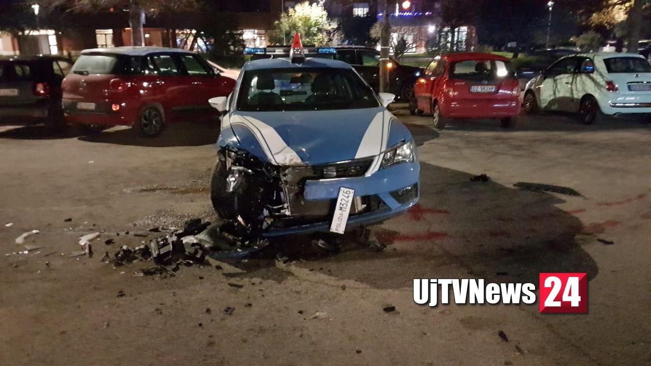Auto sperona pattuglia polizia, caccia alla banda, spari a Perugia