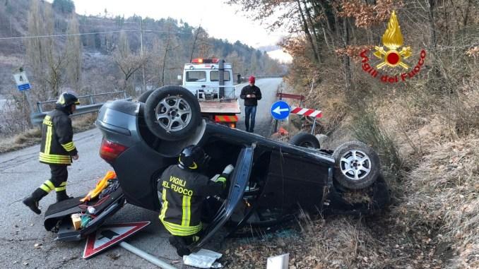Incidente stradale, auto si ribalta dopo schianto, un ferito lieve