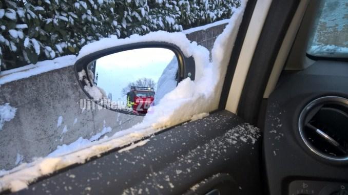 Cade la neve e cominciano i disagi, salvate due suore bloccate in auto