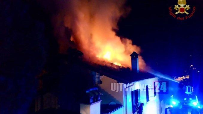 A fuoco il tetto di una casa a Narni, strada di Castelvecchio