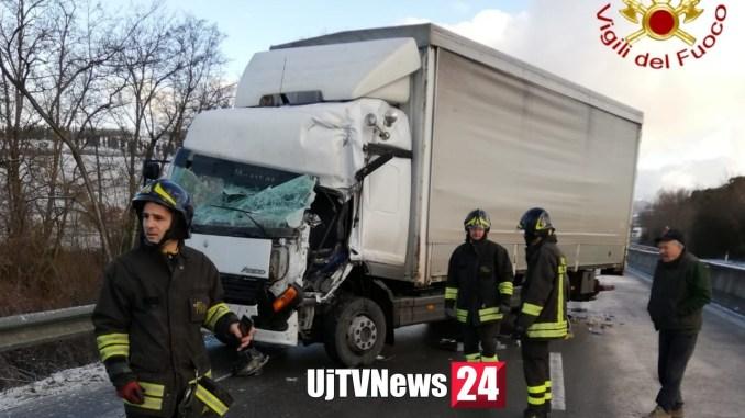 Ancora incidenti stradali causa ghiaccio, scontro tra mezzi pesanti, un ferito